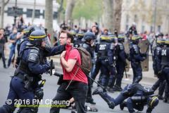 Manifestation pour l'abrogation de la loi Travail - 15.09.2016 - Paris - IMG_8313 (PM Cheung) Tags: loitravail paris frankreich proteste mobilisationénorme cgt sncf euro2016 demonstration manifestationpourlabrogationdelaloitravail blockaden 2016 demo mengcheungpo gewerkschaftsprotest tränengas confédérationgénéraledutravail arbeitsmarktreform lesboches nuitdebout antagonistischenblock pmcheung blockupy polizei crs facebookcompmcheungphotography polizeipräfektur krawalle ausschreitungen auseinandersetzungen compagniesrépublicainesdesécurité police landesweitegrosdemonstrationgegendiearbeitsmarktreform loitravail15092016 manif manifestation démosphère parisdebout soulevetoi labac bac françoishollande myriamelkhomri esplanadeinvalides manifestationnationaleàparis csgas manif15sept manif15 manif15septembre manifestationunitairecgt fo fsu solidaires unef unl fidl république abrogationdelaloitravail pertubetavillepourabrogerlaloitravaille