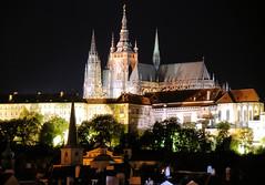 0470 Nachtaufnahme von Prag - beleuchteter Veitsdom und Burgmauer. Der Veitsdom / St.-Veits-Dom  ist die Kathedrale des Erzbistums Prag - das Gebude in seiner heutigen Form als Kathedrale im gotischen Stil wurde ab dem Jahr 1344 errichtet. (stadt + land) Tags: hauptstadt kathedrale prag praha tschechien unesco architektur gebude barock nachtaufnahme gotik stil welterbe stveitsdom burgmauer universittsstadt residenzstadt veitsdom gotische beleuchtete erzbistums architekturstil