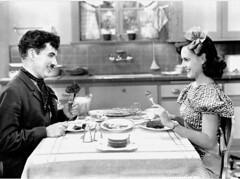 Scne de repas, Charlie Chaplin et Paulette Goddard (Charlie Chaplin: du muet au parlant) Tags: film 1936 cinma repas charliechaplin imdb paulettegoddard photofilm tempsmodernes filmmuet