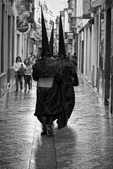 Regreso bajo la lluvia (Javier Martinez de la Ossa) Tags: bw espaa calle lluvia sevilla andaluca spain nikon seville bn espagne madrugada semanasanta holyweek calvario nazarenos siviglia d700 javiermartinezdelaossa