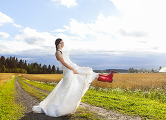 Trash the dress (Valokuvaus Tuiketta / Tuike Ekroos) Tags: wedding suomi finland bride countryside ht weddingphoto ttd maaseutu hkuva morsian trashthedress