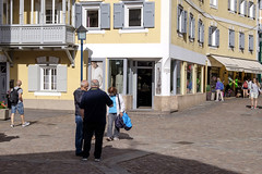 Alto Adige (Italy) - Ortisei (Massimo Battesini) Tags: nationalgeographic worldtrekker worldcitycenters fujifilmxt1 fuji xt1 fujixt1 fujifilm finepix fujinon fujinonxf18135 fuji18135 fujifilmfujinonxf18135mmf3556rlmoiswr piazza place square plaza ortisei trentinoaltoadige italia it centrostorico zentrum centreville village villaggio paese photographiederue streetphotography fotografiaderua photosdelavie escenacallejera italy italie italien europa europe stulrich valgardena finestre finestra windows window fenetre