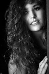 Meli... (lichtflow.de) Tags: canon ef35mmf2usm eos5dmarkiii festbrennweite sw schwarzweis bw blitz softbox kunstlicht flash hbsch nice wow woman frau mdchen girl haare hair locken curl face gesicht portrait portrt