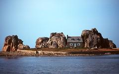 Castel Meur, la petite maison entre les rochers - Côtes d'Armor (Philippe_28) Tags: france 22 europe bretagne castel meur plougrescant côtesdarmor