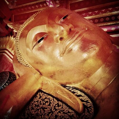 พระพุทธไสยาสน์วัดป่าโมก ประดิษฐานอยู่ในวิหารวัดป่าโมก ซึ่งมีชื่อเดิมว่า วัดตลาด อยู่ที่อำเภอป่าโมก จังหวัดอ่างทอง วัดป่าโมก เป็นวัดเก่าแก่สมัยอยุธยา ปัจจุบันเป็นพระอารามหลวงcbm #buddha #thai #thaiig #thailand #thaistyle #thaistagram #thailand_allshots #w