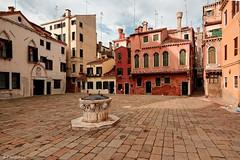 Venice / Campo della Maddalena (Pantchoa) Tags: venis tokina1228f4 venise italie venetie veneto campodelleamaddalena piazza piazzadellamaddalena place puits chemines faades chemine architecture dallage nuageux pavs faade