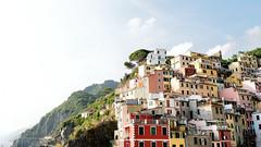 Riomaggiore - Italia (Tommaso Repetti) Tags: riomaggiore cinqueterre liguria italia italy summer estate colorfull sky sun sole mare sea cielo paesaggio travel nikon