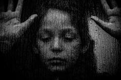 L'automne pleure (PaxaMik) Tags: portrait portraitnoiretblanc pluie rain rainingdays raindrops gouttes mélancolie melancholy automne autumn tristesse visage face window throughthewindow