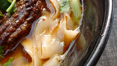 Toshomen Noodles in Spicy Soup with Chopped Beef @ Saveurs de Chine @ Montparnasse @ Paris (*_*) Tags: food restaurant montparnasse paris france europe 2016 september summer lunch chinese china saveursdechine noodle spicy beef soup toshomen daoxiaomian knifecut shaved