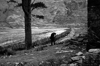 Ffotograffydd yng Nghwm Orthin