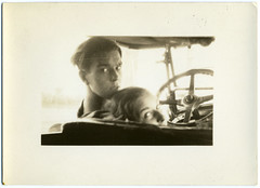 (Le merle tourdi) Tags: auto light boy woman man girl car wheel vintage photo couple lumire femme snapshot voiture gaze fille homme garon regard ancienne volant