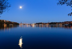 A Peaceful Evening in the Autumn (Maria_Globetrotter) Tags: old blue winter moon beautiful night canon wonderful point evening town vinter perfect colorful view sweden stockholm schweden over swedish an clear stan hour sverige svj perfekt utsikt vder sucia estocolmo stoccolma suecia overview shimmer stadshuset mne zweden bl kungsholmen gamla svenska sude tukholma blaue  sken svezia  szwecja ruotsi stunde timmen isve 550d 1585   klart   tsualainn in    thy stokholmo thyin  holmia   antsulainn mariaglobetrotter