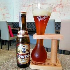 วันนี้นำเสนอ (อีกตัว) Kwak เป็น Belgian style อีกตัวที่รสชาติดีทีเดียว คล้าย rochfort ที่เจือจางลงเล็กน้อย มีรสออกเปรี้ยวเล็กน้อย ดื่มที่ร้านจะ serve พร้อมแก้วแปลกตาที่ตั้งไม่ได้ ต้องมากับอุปกรณ์ช่วยวางแก้วด้วย ซึ่งความแปลกของแก้วนี้เมื่อดื่มจนถึงตรงคอแก้