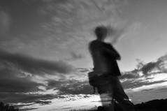 Anoitecer (Instagran: ricardojosefoto) Tags: camera sol branco pessoas nikon natureza pb preto mel amarelo e noite pr cogumelo cachoeira fotografo correr chapu aranha tamandu escaleta