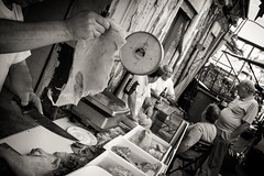 ([ chang ]) Tags: street people bw white black blanco work person market negro knife bn sicily palermo mercato bianco nero sicilia streetshot lavoro ballar coltello wwwriccardoromanocom