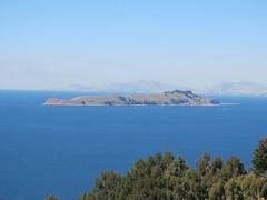 "Lac Titicaca: vue sur la Isla de la Luna depuis notre chambre à l'Isla del Sol <a style=""margin-left:10px; font-size:0.8em;"" href=""http://www.flickr.com/photos/127723101@N04/28493717982/"" target=""_blank"">@flickr</a>"