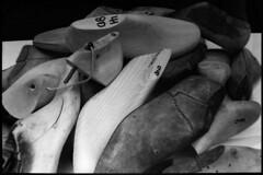 PARCELLE 16-027_18 (gyjishukke) Tags: analog argentique monochrome believeinfilm x700 ilford delta400 800iso selfdevelopment hc110 dilb 10 20 bois chaussure artisanat embauchoir