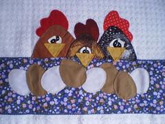 Toalha de Copa Galinhas (Atelier Mimos da Fau) Tags: patchwork ovos galinhas aplicao apliqu patchcolagem troquinha patchaplique grupoquitaria