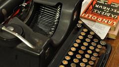 Libreria Pontremoli (ccr_358) Tags: old italy milan typewriter ancient nikon italia milano books libri negozio bookshop lombardia libreria navigli macchinadascrivere mediolanum pontermoli d5000 ccr358 nikond5000 libreriapontremoli
