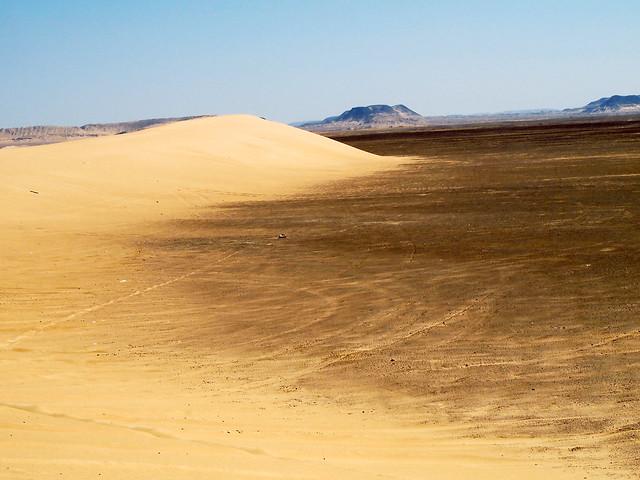 <p>このあたりの砂漠には様々な色と表情があって飽きない。<br/>そろそろ黒砂漠。</p>