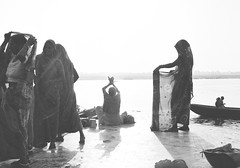 (Sbastien Pineau) Tags: ladies blackandwhite bw sun india blancoynegro film sol analog soleil noiretblanc prayer scan holy scanned varanasi saree mujeres sari femmes ganga argentique inde ganges pineau pilgrims benares analogic gange uttarpradesh pellicule peregrinos oracin prire plerins  bnars  banras argntico sbastienpineau