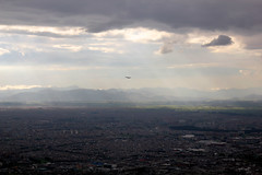 despegar (seor sideburns) Tags: city travel sun mountains sol southamerica canon airplane colombia bogota ray cityscape afternoon air jet ciudad andes rayo takeoff avin aire tarde montaas viajar sudamerica cundinamarca despegar t2i