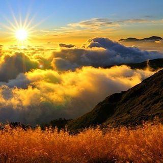 """""""Утро в горах""""  Лазурь небесная смеется, Ночной омытая грозой, И между гор росисто вьется Долина светлой полосой. Лишь высших гор до половины Туманы покрывают скат, Как бы воздушные руины Волшебством созданных палат.  <1829> Ф. И. Тютчев."""