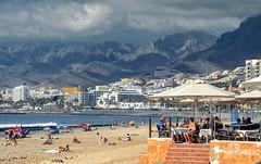 Playa de las Amricas... (Leo ) Tags: mar playa gente verano montaas cielo nubes gris luz playadelasamricas tenerife islascanarias
