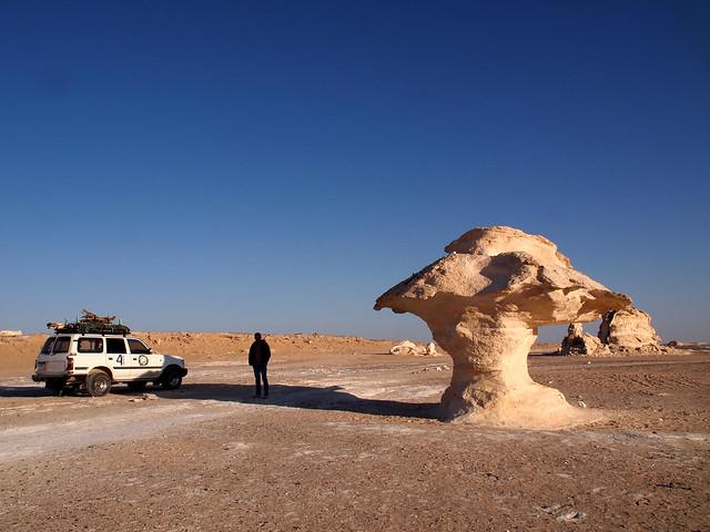 <p>いよいよ白砂漠。<br/>夕日に赤っぽく染まっているけれど、本来の岩の色は真っ白。しかも奇岩だらけ。これはマッシュルーム岩。 </p>