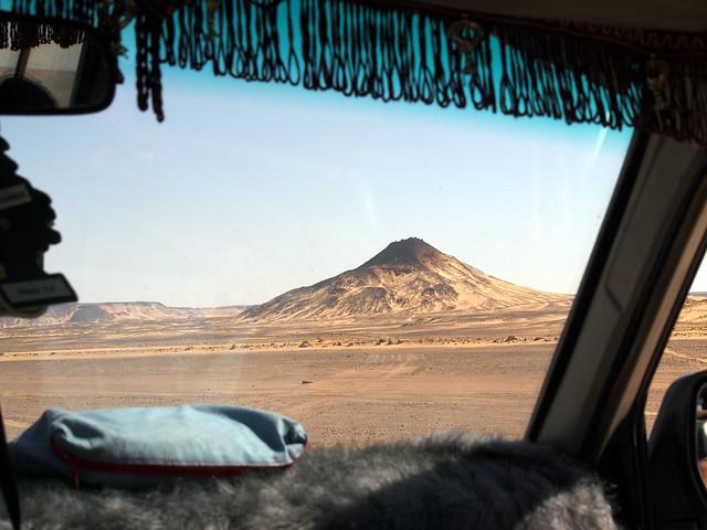 <p>ランドクルーザーで黒砂漠を疾走。<br/>天井にはフリンジ、ダッシュボードはフェイクファー、シートは絨毯というベドウィン仕様。</p>