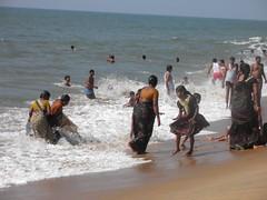 P1010346 (januarybird) Tags: family sea people india beach water strand swim fun happy time indian families culture diversity zee kerala human cochin hindi southindia cultuur mensen zwemmen plezier diversiteit hindoestaan