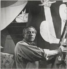 Picasso dans son atelier des Grands-Augustins sur un escabeau, devant (photosurrealiste) Tags: peinture picasso atelier doramaar rmn