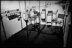 Nice - Promenade des Anglais (aRGeNTiC yeaRS) Tags: didierhubert didierhubertphotographe photographie europe france nice mditerrane mer sea borddemer promenadedesanglais ville town paca alpesmaritimes chaises chairs pluie rain trottoir sidewalk seaside