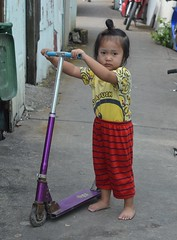 girl with scooter (the foreign photographer - ) Tags: aug142016nikon girl child foot scooter khlong bang bua lard phrao portraits bangkhen bangkok thailand nikon d3200
