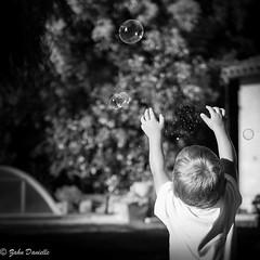 Bulles de savon (Marmad31) Tags: enfance jeuxdenfant 35mm xt1 noiretblanc jeux bulles