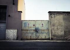 Via X Giugno 56 (Alessandro Banducci * Ganaverre) Tags: piainsa piacenza piasintin borgo camicia cancello gate divieto sosta asfalto autunno aspettare waiting for genocchi passo carrabile