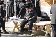 KR0R5991 (zamanyahre) Tags: grave israel place religion tomb crowd flock group meeting event worldwide jude burial april sect meet hearse sacrifice hasidic cementery belz holyplace judish rokeach 1516april2013 belzukraine blessinspiration yissachardovrokeach