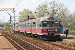 PR EN57-664 + EN57-130 , Wrocaw Muchobr train station 26.04.2013 (szogun000) Tags: railroad station electric set train canon tren poland polska rail railway commuter emu pr passenger trem treno ezt regio wrocaw pkp pocig  lowersilesia dolnolskie dolnylsk en57 przewozyregionalne wrocawmuchobr canoneos550d canonefs18135mmf3556is en57130 d29273 d29275 d29757 d29758
