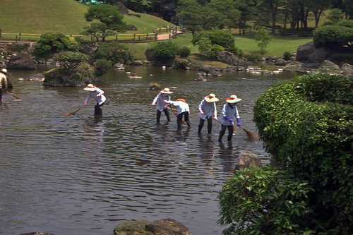 Sweeping the pond at Suizenji Garden, Kumamoto 水前寺公園 熊本