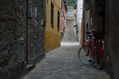 (RGambugini) Tags: bycicle bicicletta vicolo oldtown red
