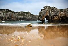 El paraso sigue donde lo recordbamos  EXPLORE (RalRuiz) Tags: espaa asturias llanes playacuevasdelmar marcantbrico playa arena mar cielo piedra cuevas acantilados