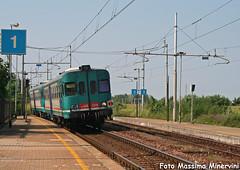 Doppia Miao (Massimo Minervini) Tags: aln668 aln668xmpr aln6683249 serie3000 fs trenord olmeneta cremona lineatrevigliocremona automotrice diesel littorina rail railways stazione canon400d passeggeri