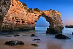 La noche de Albandeira (Juampiter) Tags: nocturna lagoa algarve arco bajamar rocas carvoeiro ausencia albandeira arcodepiedra visitagrutas arcoderoca