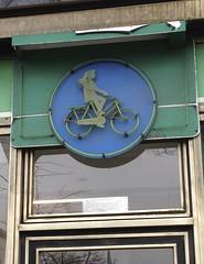 Radlerin - Rad fahrende Person (thmlamp) Tags: berlin germany schneberg deutschland outdoor indoor gwb inoutdoor guessedberlin  hauptstrase crellestrase erikistderbeste gwbatineb ratenmachtspas fahrradbro schnebergisnotinberlin