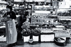Noryangjin fishmarket, Seoul (jonas_k) Tags: woman fish market korea fisch seoul frau markt fishmarket dealer hndler uploaded:by=flickrmobile flickriosapp:filter=nofilter