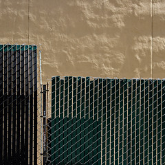 fencescape in The City (MyArtistSoul) Tags: sanfrancisco california urban abstract green texture vertical wall fence square pattern steel tag graf minimal diagonal chainlink reality slats parallel zeni 7394 ef70200mmf4lisusm cybernl