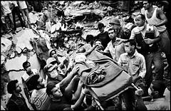 Спасатели пытаются извлечь тела из-под завалов жилого дома, который был разрушен в результате израильской бомбардировки на юго-востоке Бейрута. Ливан. Бейрут. Август 2006 года (warshistory) Tags: 2006lebanonwar allongé arabedumoyenorient beirut beyrouth bombardement bombardment brancard cadavrehumain carrying conflitisraélolibanaisde2006 corpse extérieur exterior faces homme25à45ans lyingdown man25to45years maskhygienic masquehygiène middleeasternarab portage processed stretchermedical