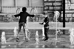 Super! (dominiquita52) Tags: streeet photography noiretblanc monochrome eau water children boys garons