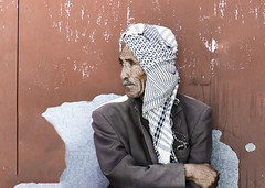 to the right (Walid Mahfoudh) Tags: portrait tunisia tunis tunisie vieux old oldies man traditional wait waiting look looking red lean leaning cross hand clothes street streetphotography photoderue