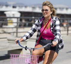 Beach cruiser babe in pink (San Diego Shooter) Tags: portrait bike sandiego streetphotography pacificbeach beachcruiser sandiegostreetphotography beachcruiserbabe